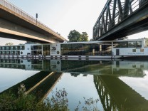 Hotelschiff rammt Brücke in Erlangen