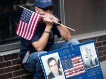 Trauernder Mann am World Trade Center
