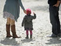 Mädchen auf Spielplatz - Kinderarmut