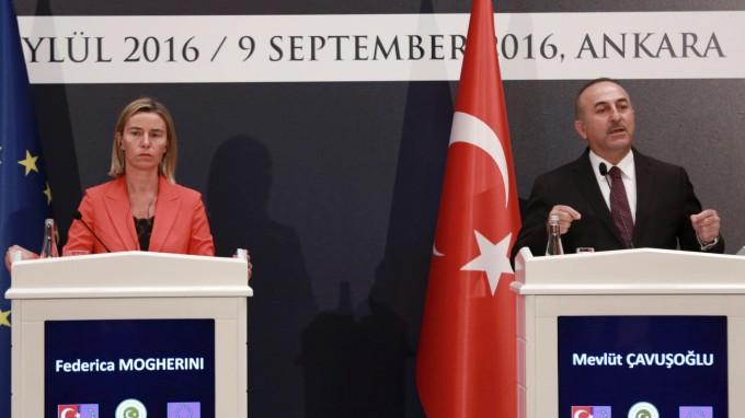 Die EU-Vertreterin für Außen- und Sicherheitspolitik Federica Mogherini und der türkische Außenminister Mevlut Cavusoglu bei einer Pressekonferenz in Ankara (Foto: AFP)