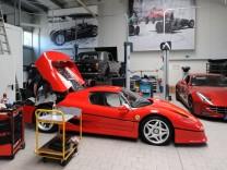 Ferrari F50 im Sportwagen-Parkhaus der Scuderia GT am Irschenberg.