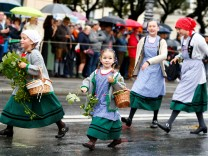 Children dressed in traditional Bavarian clothes take part in Oktoberfest parade in Munich