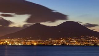Beleuchtete Stadt zwischen dem Meer und den Vesuv, Pisa, Toskana, Italien, Illuminated city between sea and Mount Vesuvius