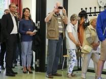 Michael Müller, Bürgermeister in Berlin, steht für Stimmabgabe an