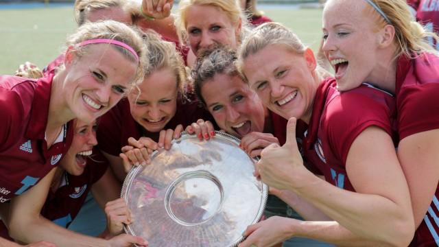 Die Spielerinnen des UHC Hamburg bejubeln die gewonnene Deutsche Meisterschaft Deutscher Meister 20