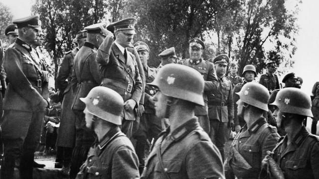 Adolf Hitler beim Truppenbesuch in Südostpolen, 1939