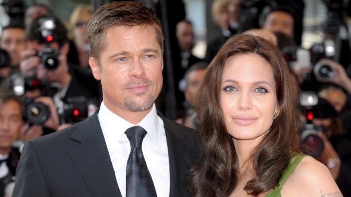Angelina Jolie divorces Brad Pitt