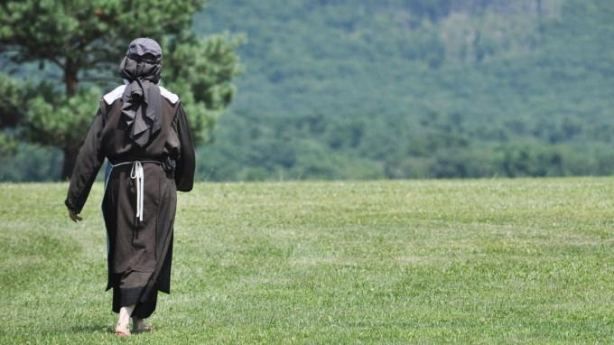 Symbolbild: Eine Nonne spaziert auf einer Wiese (Foto: picture alliance / AP Images)