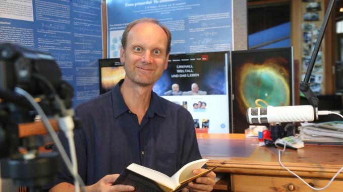 Wer schaut sich schon im Netz einen 90-minütigen Vortrag über Astrophysik an? Trotz negativer Prognosen legte Josef M. Gaßner einfach los. (Foto: Marco Einfeldt)
