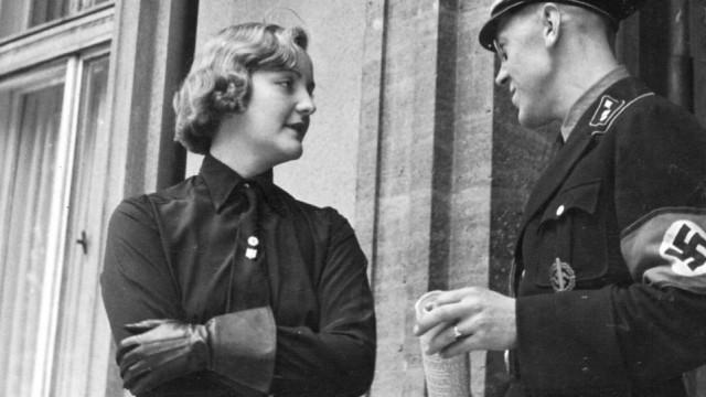 Unity Mitford vor dem Braunen Haus in München, 1937
