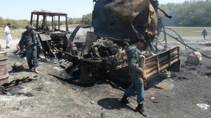 Die ausgebrannten Tanklastzüge in der Nähe von Kundus nach dem vom deutschen Oberst Klein angeordneten Luftangriff. (Foto: dpa)