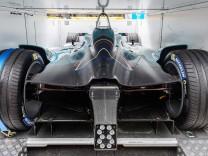 Ein Formel-E-Rennwagen in der Heckansicht