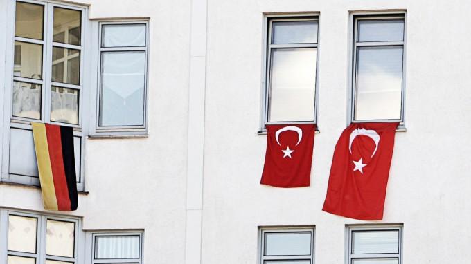 Deutsche und türkische Nationalflaggen an einem Wohnhaus in Berlin (Foto: REUTERS)