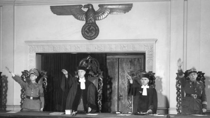 Volksgerichtshof mit Hakenkreuz und Hitlergruß: Viele alte Kameraden arbeiteten später im Justizministerium der Bundesrepublik, zeigt eine neue Studie (Foto: Süddeutsche Zeitung Photo)