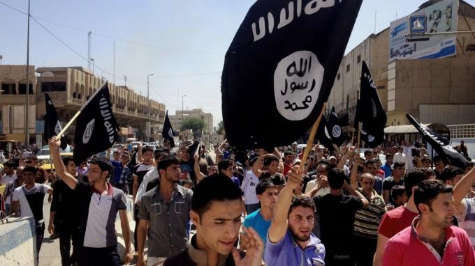 Unterstützer der Terrormiliz Islamischer Staat demonstrieren im irakischen Mossul. (Foto: AP)