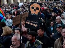 Proteste in Ungarn gegen Schließung der Zeitung Népszapadság
