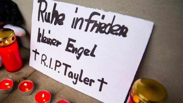 Vor dem Wohnblock in Altona-Nord, in dem Tayler mit 13 Monaten tödlich verletzt wurde, haben Menschen im Dezember 2015 ihre Anteilnahme ausgedrückt.