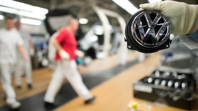 Volkswagenlogo in einem Werk