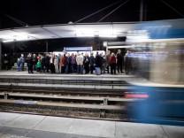 20 Jahre U-Bahn, U6 Jubiläumsfahrt von Garching-Hochbrück bis Klinikum Großhadern und zurück. Am Bahnsteig Garching-Hochbrück