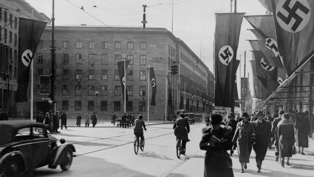 Leipziger Straße in Berlin mit Fahnen geschmückt, 1937