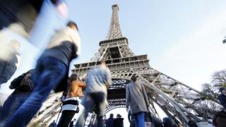 Touristen am Eiffelturm von Paris
