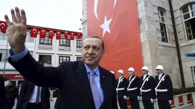 Will nicht wieder zurück in den Ursprungsmodus: Staatschef Recep Tayyip Erdoğan bei einem Auftritt im zentralanatolischen Konya am Freitag. (Foto: Yasin Bulbul/AP)