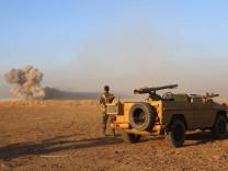 Kampf gegen IS Offensive auf Mosul Iraqi Kurdish Peshmerga fighters watching smoke billowing as the
