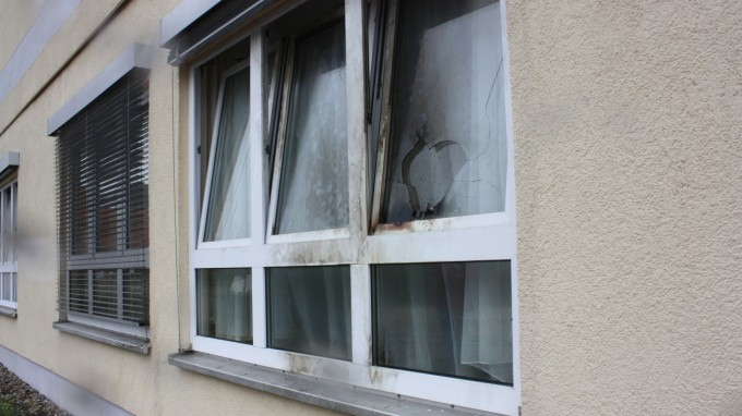 Einer von bisher 61 Brandanschlägen auf Flüchtlingsunterkünfte: Beschädigtes Fenster der Flüchtlingsunterkunft in Jüterbog (Brandenburg) Anfang Oktober. (Foto: dpa)