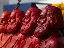 Karl-Marx Figuren von Ottmar Hörl präsentiert