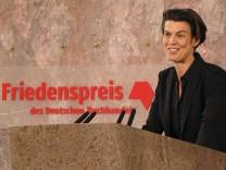 Carolin Emcke bei ihrer Dankesrede für die Auszeichnung mit dem Friedenspreis des deutschen Buchhandels 2016.