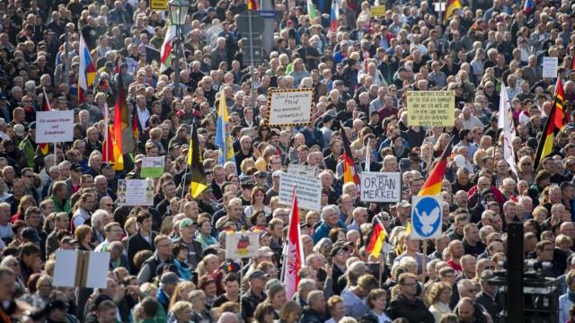 Anhänger vom Bündnis Patriotischer Europäer gegen Islamisierung des Abendlandes Pegida haben sich