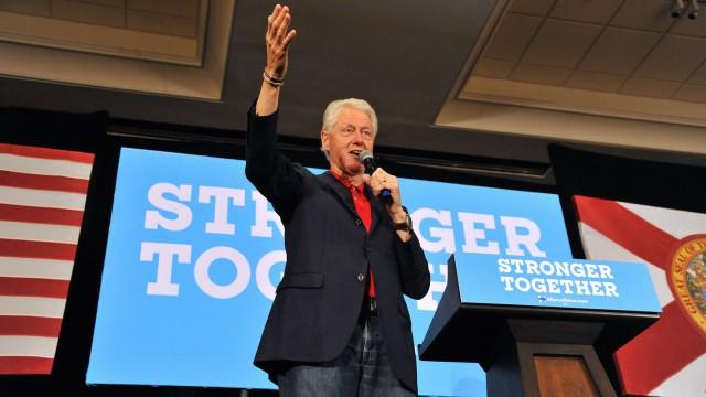 Bill Clinton wirbt während eines Auftritts im US-Wahlkampf für Hillary Clinton. Wikileaks mit neuen Mails zur Clinton Foundation.