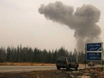 Rauch über dem Internationalen Flughafen bei Aleppo