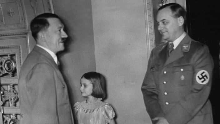Adolf Hitler gratuliert Alfred Rosenberg zum Geburtstag, 1938