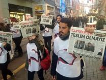 Demonstranten protestieren im November 2016 in Istanbul gegen die Festnahme von Mitarbeitern der Zeitung Cumhuriyet.