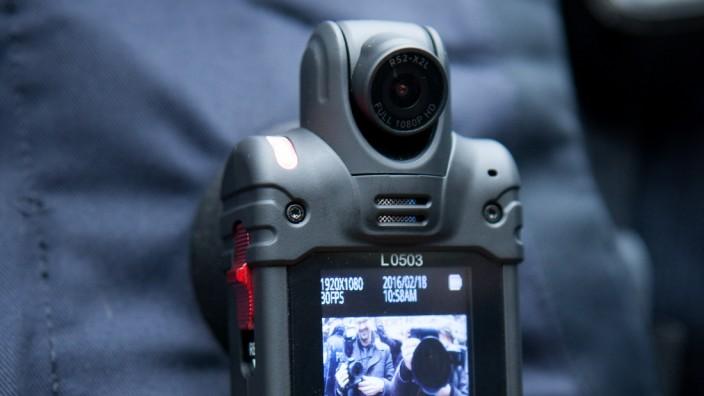 Präventionsarbeit: Mit speziellen Bodycams sollen Gewalttaten gegen Polizeibeamte schneller aufgeklärt werden.