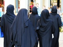 Verschleierte Frauen auf Shopping Tour in München Deutschland