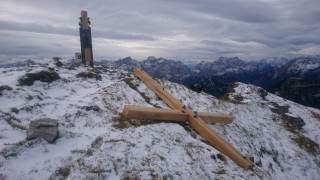 Umgesägtes Gipfelkreuz Schafreuter