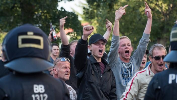 Freital Rechtsradikale gegen Antirassismus Demonstration Ca 500 Menschen demonstrierten am Freitag