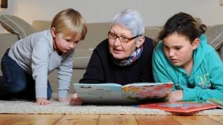 Großmutter mit Enkeln