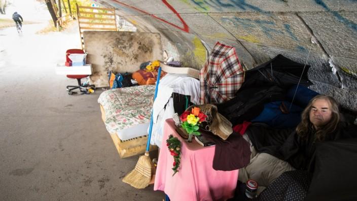 Obdachloser Bernd unter der Wittelsbacher Brücke