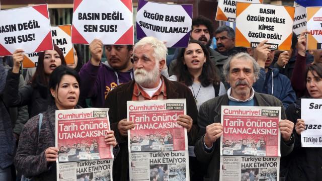 Proteste gegen die Festnahme von Cumhuriyet-Mitarbeitern Anfang November