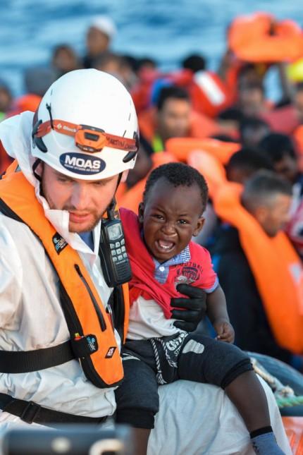 Helfer bei einer Rettungsaktion im Mittelmeer