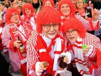 Auf dem Kölner Heumarkt feiern Narren und Jecken den Beginn der Karnevalssession Karnevalsauftakt K