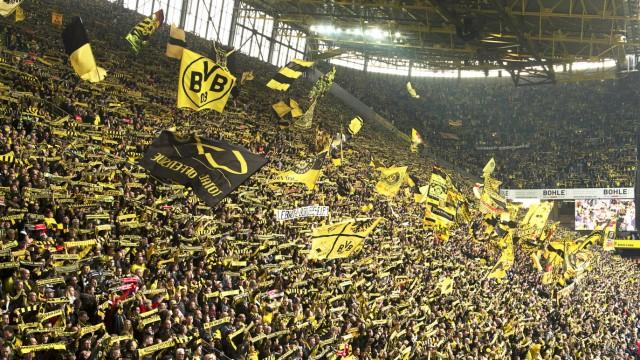 Feature Blick auf die Suedtribuene und den Fans von Dortmund Fussball 1 Bundesliga Saison 2015