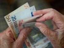 Rentnerin zählt Geld
