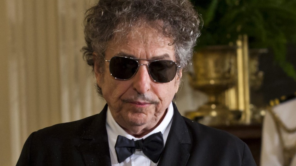Bob Dylan announces that he will not attend ceremony to receive t
