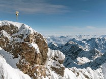 Gipfelkreuz Zugspitze Wettersteingebirge Bayern Deutschland Europa Copyright imageBROKER Mariox