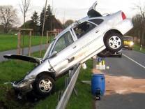 Kurioser Unfall - Opel Vectra landet auf Leitplanke