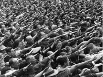 Deutsche während der Hitler-Rede zum Kriegsausbruch 1939
